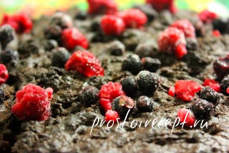 Разложить по поверхности коржа ягоды