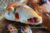 Хлеб с помидорами и чесноком